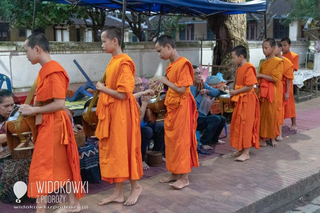 Nakarmić mnichów, czyli poranek w Luang Prabang